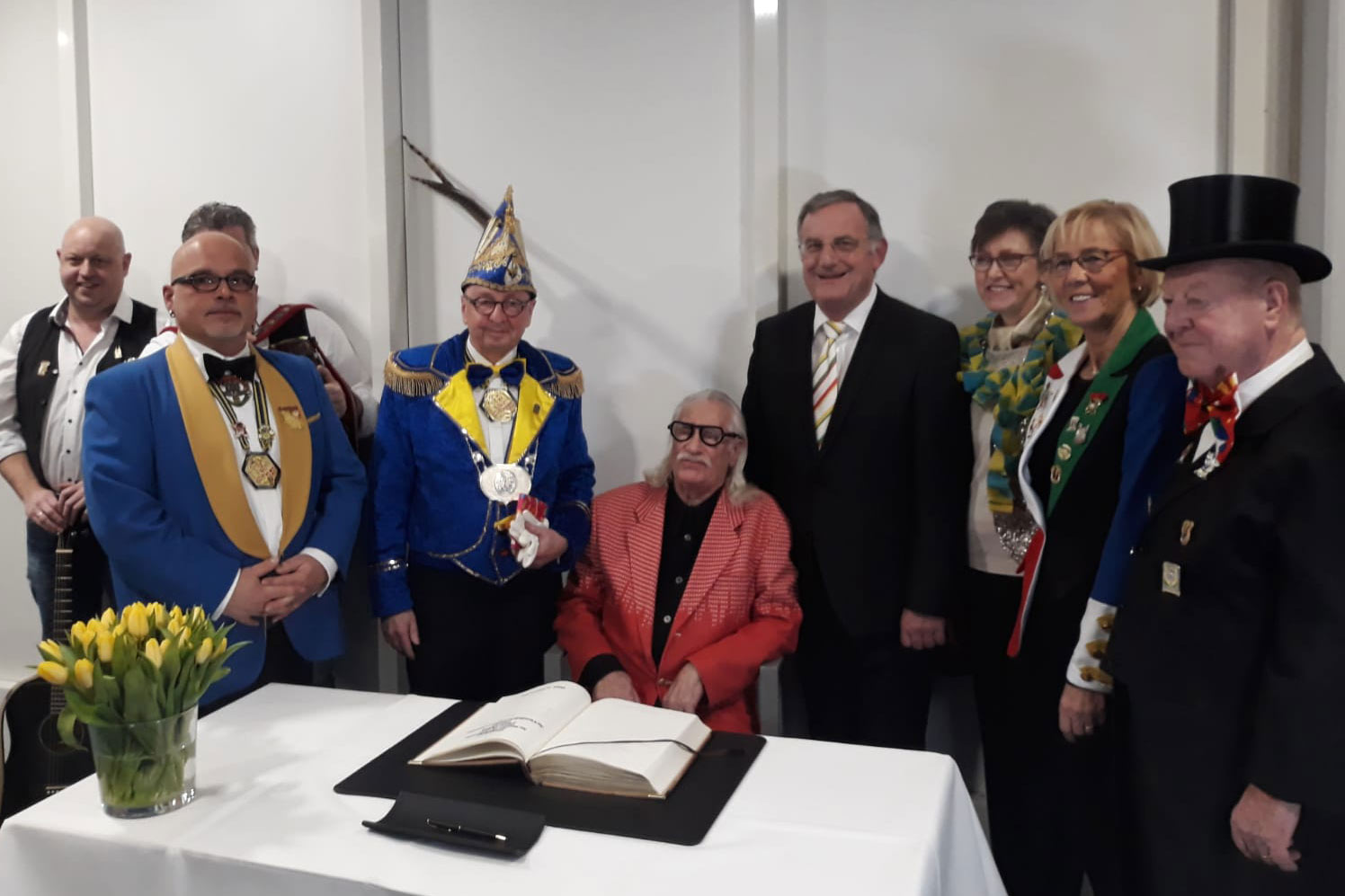 Hans Süper mit Bürgermeister Larue und Mitfliedern der Kgnnd